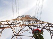 反对天空的电定向塔 免版税库存照片