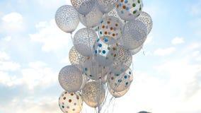 反对天空的白色气球 在天空的白色球 库存图片