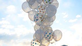 反对天空的白色气球 在天空的白色球 免版税图库摄影