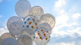 反对天空的白色气球 在天空的白色球 图库摄影