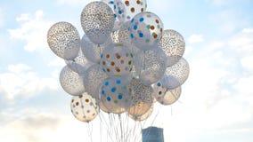 反对天空的白色气球 在天空的白色球 库存照片