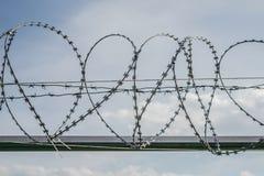 反对天空的篱芭 库存图片