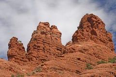 反对天空的红色岩石石峰 图库摄影