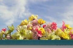 反对天空的美丽的假花 免版税图库摄影