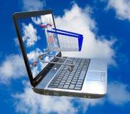 反对天空的膝上型计算机和食物篮子 免版税库存照片