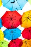 反对天空的许多五颜六色的伞在城市设置 kosice斯洛伐克 库存照片
