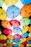反对天空的许多五颜六色的伞在城市设置 kosice斯洛伐克 免版税库存照片