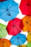 反对天空的许多五颜六色的伞在城市设置 kosice斯洛伐克 图库摄影
