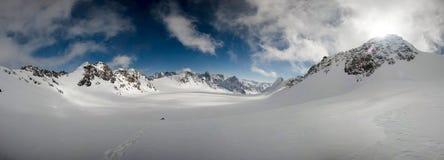 反对天空的通畅的山土坎 吉尔吉斯范围 图库摄影