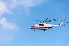 反对天空的重的货运直升机飞行 库存照片