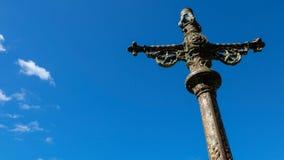 反对天空的金属十字架 库存照片