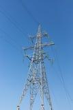 反对天空的高压电子塔 库存图片