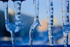 反对天空的水滴冰柱 ag的透明冰柱关闭 免版税库存图片