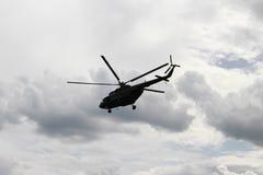 反对天空的直升机飞行 免版税库存照片