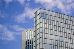 反对天空的玻璃大厦 免版税库存照片