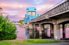 反对天空的Lewiston - Clarkston蓝色桥梁与在爱达荷和华盛顿州边界的桃红色云彩  免版税库存图片