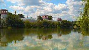 反对天空的Novodevichy修道院与云彩 免版税库存照片
