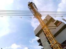 反对天空背景的建筑用起重机机器 建设中 库存图片