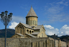 反对天空背景的Svetitskhoveli大教堂 图库摄影