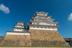 反对天空蔚蓝在姬路,兵库的姬路城设防 库存图片