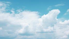 反对天空蔚蓝时间间隔的卷曲的积云,在红色照相机的射击 股票录像