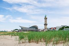 反对天空蔚蓝的灯塔在晴朗的夏日 免版税库存图片