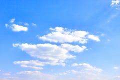 反对天空蔚蓝的白色云彩 图库摄影