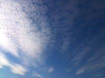 反对天空蔚蓝的白色云彩 免版税库存图片