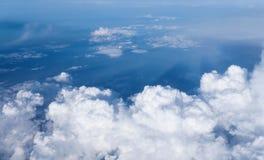 反对天空蔚蓝的白色云彩 库存图片