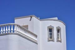 反对天空蔚蓝的白色避暑别墅 免版税库存图片