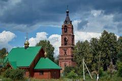反对天空蔚蓝的老被放弃的钟楼 免版税库存图片