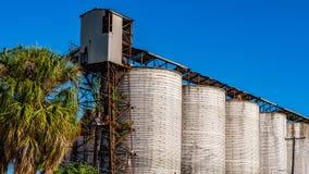反对天空蔚蓝的谷物仓库 免版税库存照片