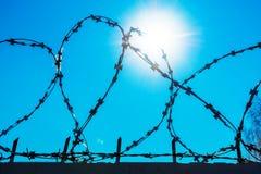 反对天空蔚蓝的铁丝网 免版税库存照片