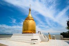 反对天空蔚蓝的Buphaya Paya塔是位于蒲甘的一座金黄塔在缅甸在伊洛瓦底省河附近 图库摄影