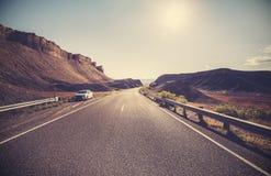 反对太阳的减速火箭的被定调子的沙漠高速公路 库存照片