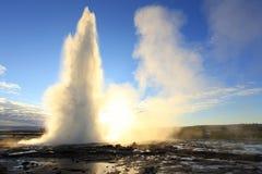反对太阳的Strokkur Geysir爆发,冰岛 免版税图库摄影