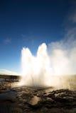 反对太阳的Strokkur Geysir爆发,冰岛 免版税库存图片