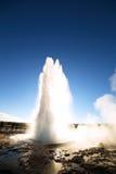 反对太阳的Strokkur Geysir爆发 免版税库存照片