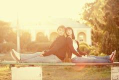 反对太阳轻的愉快的微笑的夫妇 免版税库存照片