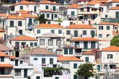 反对小山的议院在Camara在丰沙尔,马德拉岛海岛附近的de罗伯斯 免版税库存照片