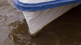反对小船的弓的水敲打 影视素材
