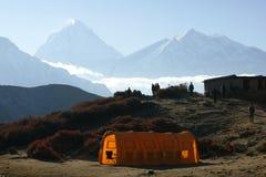 反对尼泊尔的山的背景的帐篷 库存照片