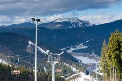 反对山景的空的滑雪电缆车在晴朗的一种滑雪手段 库存图片