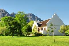 传统反对山的海角荷兰房子 免版税库存图片