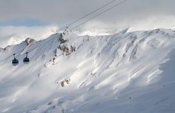 反对山的滑雪电缆车 免版税图库摄影