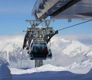反对山脉全景的滑雪电缆车  库存图片