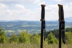 反对山风景的拐杖 库存照片