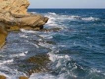 反对岩石的愤怒的强的蓝色海在海岸 免版税库存图片