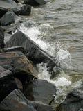 反对岩石的波浪在德卢斯 免版税库存图片
