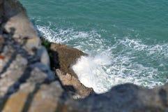 反对岩石的波浪 库存照片